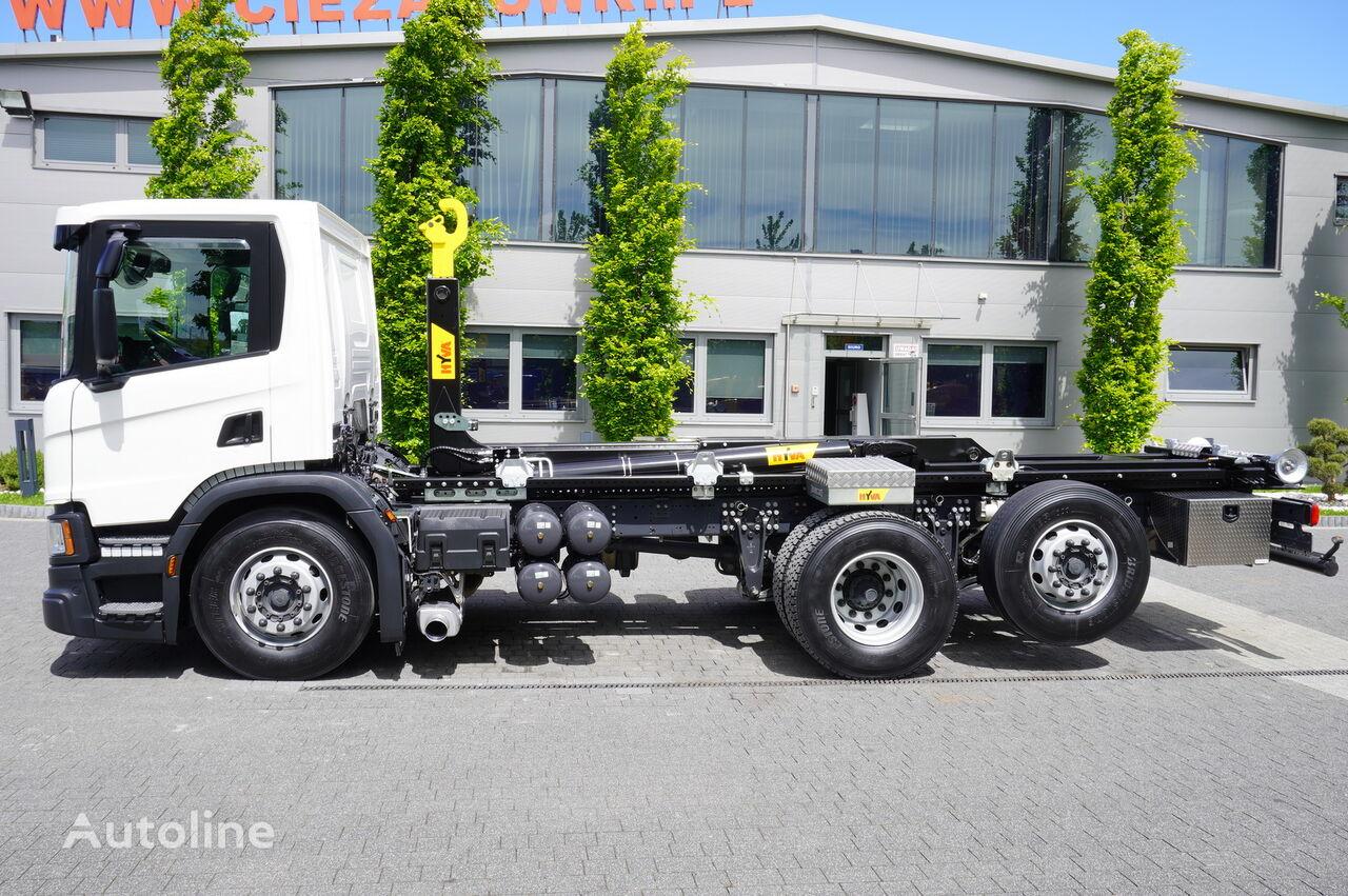 شاحنة ذات الخطاف SCANIA P410 , E6 , 6X2 , 60k km , NEW HOOK 20T , steer / lift axle , Lo